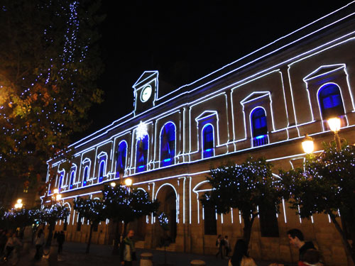 In der Vorweihnachtszeit werden viele öffentliche Gebäude in Szene gesetzt. (Foto: spe)