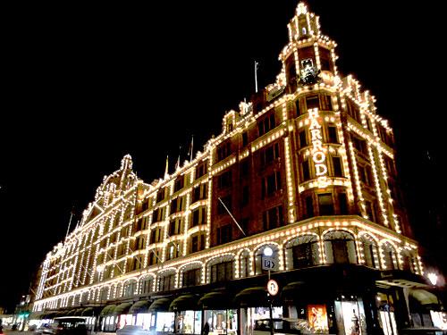 Londoner Shopping-Ikone: Harrods. Allein die grünen Plastiktüten sind schon ein Souvener für sich. Zur Weihnachtszeit zeichnen rund 10.000 kleine Glühlampen die Konturen des Gebäudes nach. (Foto: spe)