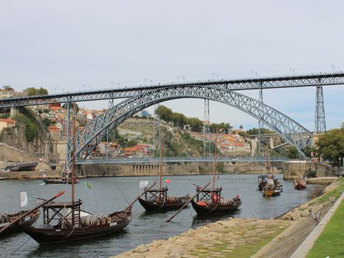Die Ponte Dom Luís I. verbindet Porto mit Gaia. Im Vordergrund: Boote mit Portweinfässern. (Foto: spe)