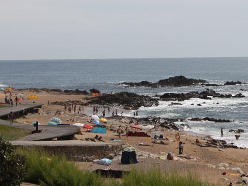 Felsiger Strand bei Porto. (Foto: spe)