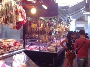 Marktbesucher zwischen Wurst und Schinken. (Foto: spe)