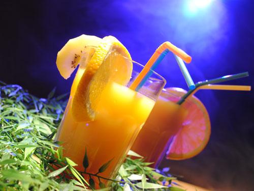 Wenn es draußen kalt wird, lassen exotische Cocktails vom Sommer träumen. (Foto: Chris Beck/pixelio.de)
