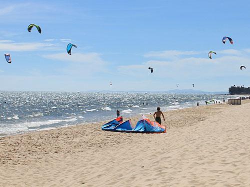 Die guten Windverhältnisse machen den Ort zu einem Paradies für Kitesurfer. (Foto: spe)
