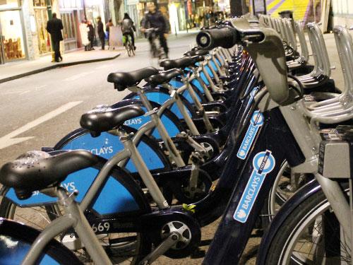 """Barclays-Leihfahrräder an einer Radstation an der Brick Lane. Die Drahtesel werden in Anlehnung an Bürhermeister Johnson """"Boris Bikes"""" genannt. Ein Netz aus zwölf markierten Wegen soll das Radeln in London sicherer machen. (Foto: spe)"""