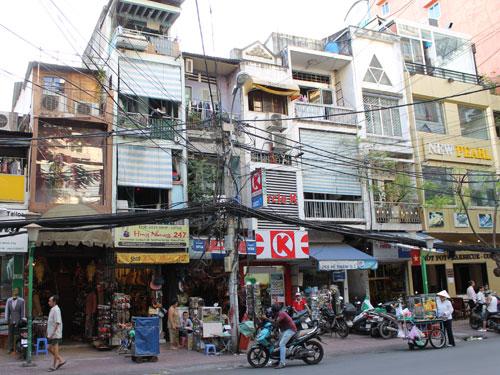 Die De-Tham-Street im Backpackerviertel an der Pham Ngu Lao. Typisch für Vietnam: Schmale Häuser und wild verlegte Telekomminikationskabel. (Foto: spe)