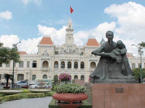 Zwischen Rex und Einkaufszentrum: Das alte Rathaus und Sitz des Volkskommitees. (Foto: spe)