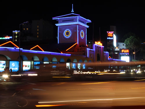 Nachtansicht des Ben-Thanh-Markt. Die Konturen des Gebäudes werden illuminiert. (Foto: spe)