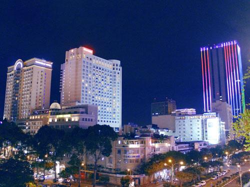 Dort eröffnet sich der Blick auf das neue Saigon: Hotels wie das Sheraton (2.v.l.) und moderne Hochhäuser türmen sich vor der Dunkelheit auf. (Foto: spe)