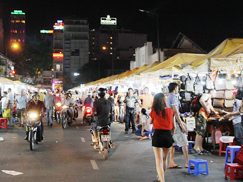 Nach Einbruch der Dunkelheit verwandeln sich die Straßen um den Ben-Thanh-Markt in einen Nachtbasar. (Foto: spe)