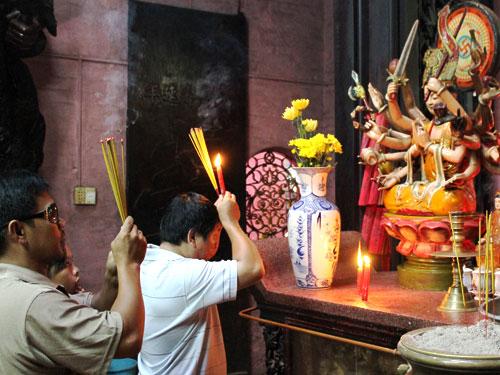 Zwei Männer beim Gebet. Im Hintergrund schaut ein Kind zu. (Foto: spe)