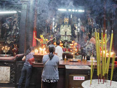 Im Innern der Pagode ist die Luft erfüllt mit dem Rauch der Räucherstäbchen. (Foto: spe)