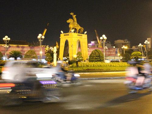 Kreis mit viel Verkehr: Der Kreisel vor dem Ben-Thanh-Markt verlangt Fußgängern Mut und Überwindung ab. (Foto: spe)