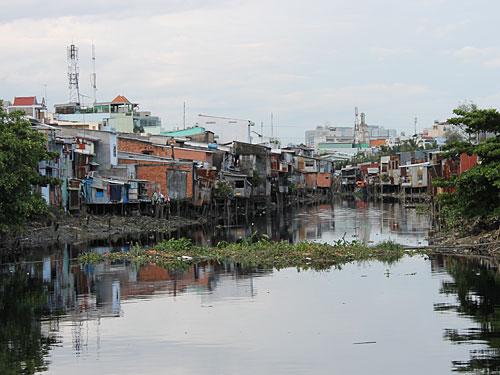 Kehrseite der Medaille: Siedlung am nicht ganz so sauberen und dementsprechend riechenden Fluss. (Foto: spe)