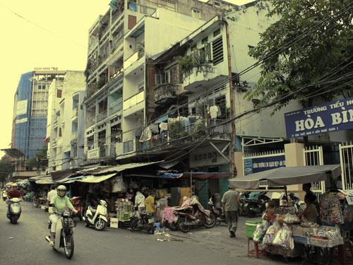 Übergang ins alte Saigon - Vergangenheit und Gegenwart liegen dicht beieinander: Hier ein Straßenmarkt unweit des Bitexco-Towers. (Foto und Bearbeitung: spe)