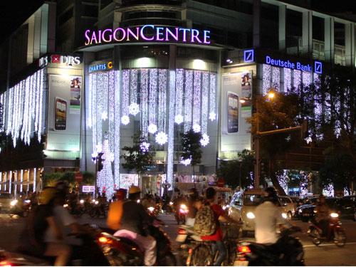 Moderner Konsumtempel mit Weihnachtsbeleuchtung: Eisblumen zieren bei schwül-warmen 30 Grad das Saigon Centre. (Foto: spe)