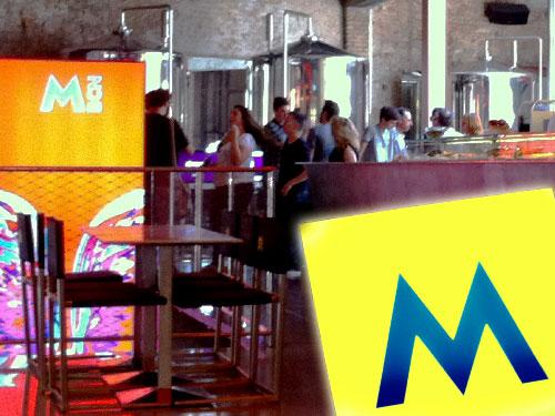 Blick in die Moritz-Bar an der Ronda Sant Antoni. Im Hintergrund sind die Braukessel zu sehen. (Foto und Montage: spe)