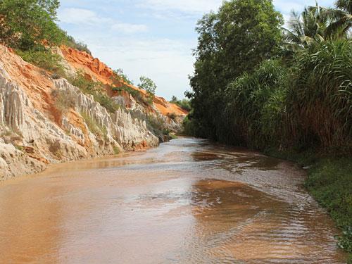 Gute zwei Kilometer führt der Weg durch seichtes Wasser. (Foto: spe)