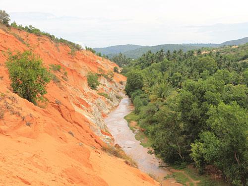 Blick von oben auf den Fairy Trail: Links nur Sand, rechts nur Grün. (Foto: spe)