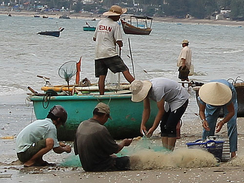 Fischer flicken ihre Netze. (Foto: spe)