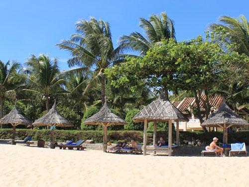Blick vom Strand auf das Saigon Mui Ne Resort. (Foto: spe)