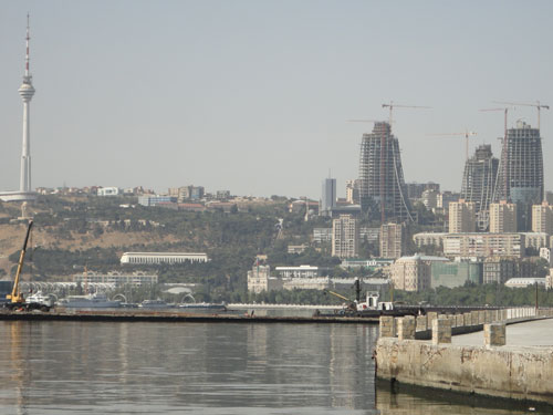 Der Azeri-Fernsehturm (links) und die inzwischen fertigen Flames-Türme (Baustelle rechts). Die Aufnahme entstand im August 2010. (Foto: spe)