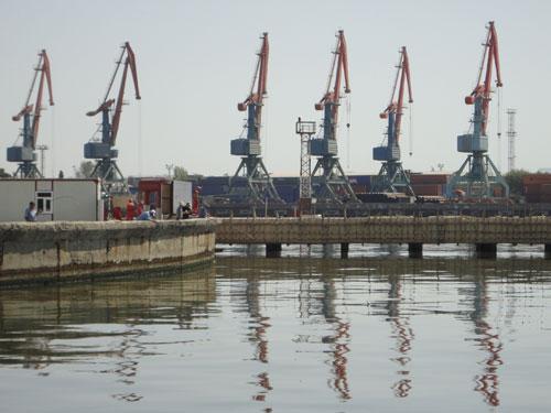 Blick auf den Hafen: Dass manche Leute in der Ölpampe angeln - und sogar noch etwas fangen - ist unglaublich. (Foto: spe)