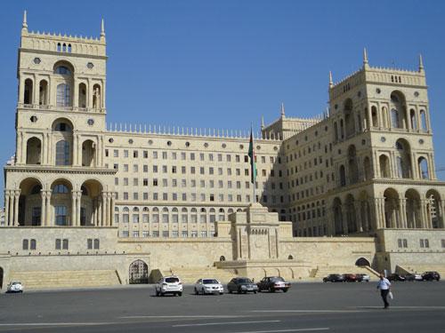 Riegerungsgebäude in Baku: Verschiedene Ministerien sitzen in dem Gebäude in Hafennähe. (Foto: spe)