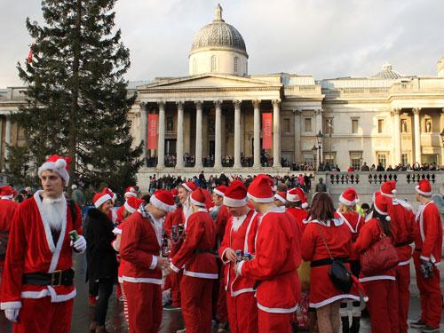 Trinkende Weihnachtsmänner auf dem Trafalgar Square. (Foto: spe)