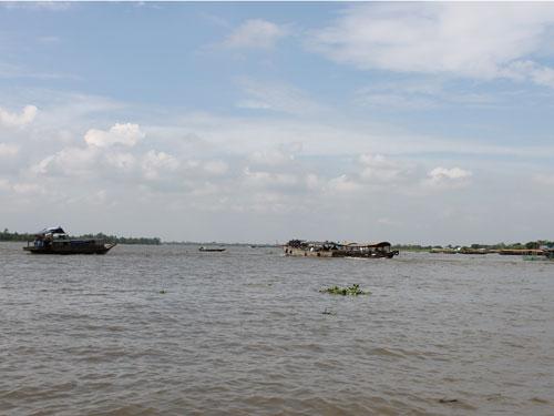 Obwohl sich der Fluss in neun Arme aufteilt, wirkt der Mekong sehr mächtig. (Foto: spe)