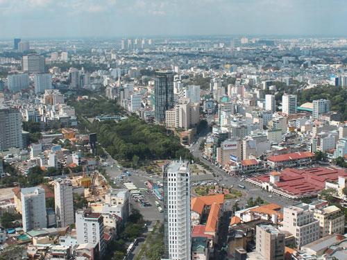 Von der Aussichtsterrasse lässt sich die Stadt prima überblicken. Links der Grünanlagen befindet sich das Backpackerviertel. Auch die Markthallen und der für Fußgänger leicht geisteskranke Kreisverkehr davor sind zu erkennen. (Foto: spe)