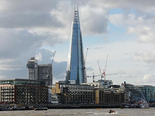 """The Shard ist Londons weithin sichtbare """"Landmark"""". Hier der Blick über die Themse und Butlers Wharf hinweg auf den 310 Meter hohen Wolkenkratzer. (Foto: spe)"""