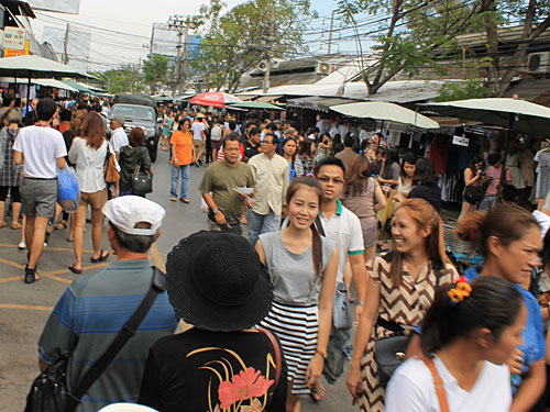 Dann doch lieber auf den Chatuchak-Weekend-Market. Rund 15.000 Stände locken samstags und sonntags jeweils um die 250.000 Besucher an. Vom Souvenir-Shirt bis zum Haustier gibt es dort (fast) alles. (Foto: spe)