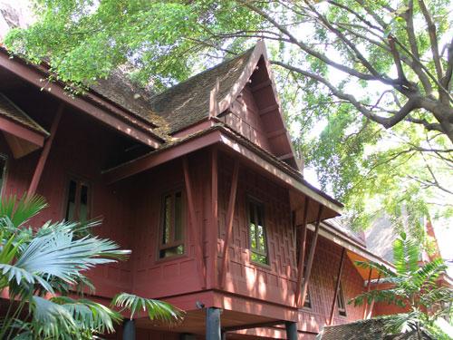 In unmittelbarer Nähe dazu befindet sich das Jim-Thompson-Haus. Der US-Amerikaner ha die Textil- und Seidenindustrie in Thailand revolutioniert. 1967 verschwand er jedoch spurlos und um seinen Tod ranken sich die wildesten Gerüchte. (Foto: Sören Peters)