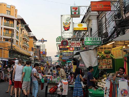 Backpacker-Mekka: Die Khao-San-Road in Banglampoo. (Foto: spe)