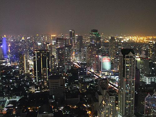 """Nach so viel Kultur hat man sich ein bisschen """"Hangover""""-Feeling verdient. Die Dachbar des Lebua-Hotels ist Drehort des Kultfilms """"Hangover 2"""" und bietet einen atemberaubenden Ausblick. (Foto: spe)"""