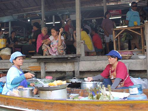 An den Ufern der Kanäle bereiten Frauen Essen zu. (Foto: Sören Peters)