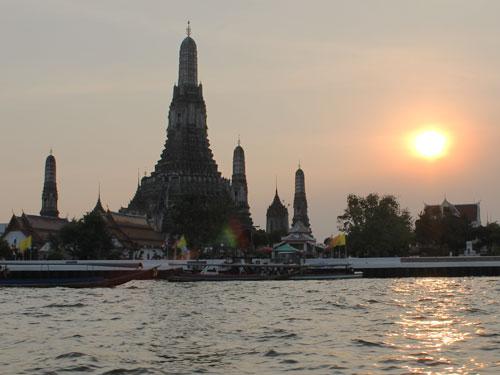 Und wenn wir schonmal auf dem Wasser sind: Auch eine Fahrt mit dem Expressboot auf dem Chao Phraya River sollte man sich nicht entgehen lassen. Eine Stadtrundfahrt auf dem Wasser für kleines Geld. Hier der Blick auf den Wat Arun/Tempel der Morgenröte. (Foto: spe)