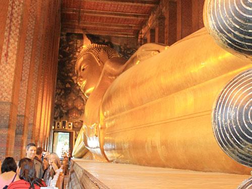 ...den liegenden Buddha. 46 Meter lang und 15 Meter hoch ist die Darstellung. (Foto: spe)