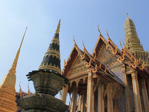 Am nächsten Morgen bietet sich ein Besuch im Tempel des Smaragdbuddha (Wat Phra Kaeo) an. Die Busladungen an Touristen und die drückenden Temperaturen können da schon an den Nerven nagen. (Foto: spe)