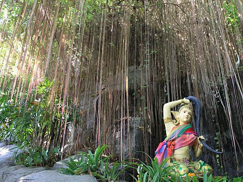 Nicht gerade ein Geheimtipp, aber nicht so stark frequentiert wie die Tempel in der Altstadt (Stadtviertel Rattanakosin) ist der Golden Mount/Wat Saket. Ein Besuch lohnt sich vor allem des tollen Ausblicks wegen, siehe Bild ganz oben. (Foto: spe)