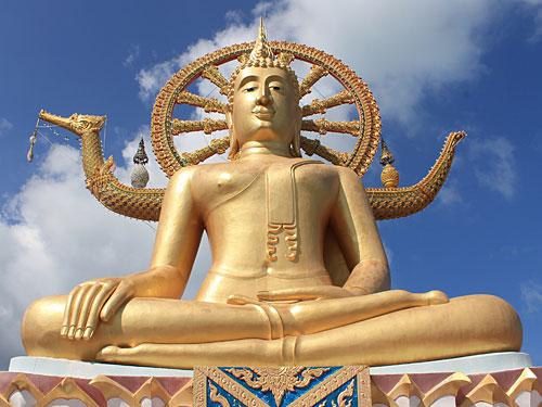 Sollte man gesehen haben, aber sonst wenig spektakulär: Big Buddha im Norden der Insel, zu erreichen über einen aufgeschütteten Damm. Die Tempelanlage ist recht überschaubar, ringsherum gibt es nur teure Restaurants und Souvenirbuden. (Foto: spe)