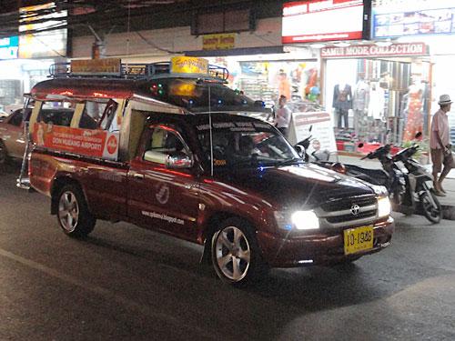 Wer keinen Roller mieten möchte, kommt mit dem Sammeltaxi so gut wie überall hin. Vorsicht bei den Preisen: Von Chaweng Nio bis nach Chaweng Central kostet die Fahrt für zwei Personen zum Touri-Preis rund 120 Baht (ca. drei Euro). Nach Lamai in etwa 300 THB. (Foto: spe)