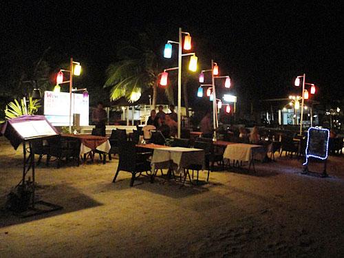 Wenn es dunkel wird, locken am Strand zahlreiche Restaurants. Vergleichen lohnt sich, und in den schlichteren Lokalen ist das Essen nicht unbedingt schlechter als im Stylo-Laden. (Foto: spe)