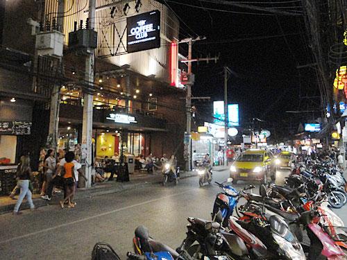 Von dort aus ist es auch nicht weit ins Amüsierzentrum von Chaweng. An der Hauptstraße wechseln sich Restaurants, Bars, Supermärkte und Klamottenläden ab. (Foto: spe)