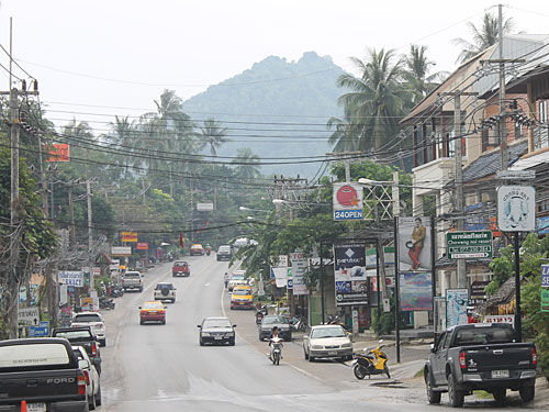Typisch Samui abseits des Strandes: Straße in Chaweng Noi. (Foto: spe)
