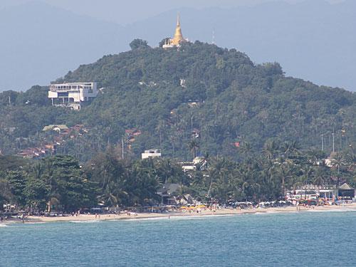 Tipp: Bei einer Insel-Rundfahrt an den verschiedenen Viewpoints stoppen. Hier die Aussicht auf den Strand von Chawang, aufgenommen vom Aussichtspunkt südlich von Chaweng Noi. (Foto: spe)