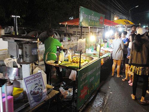 Höhepunkt in Lamai ist jedoch der Nachtmarkt, der jeden Sonntag nach Einbruch der Dunkelheit stattfindet. Hier gibt es neben dem Standard-Souvenir-Programm coole T-Shirts thailändischer Designer (www.boytshirt.com) und auf der Fressmeile gutes und günstiges Streetfood. (Foto: spe)