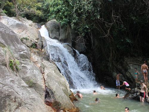 Nicht entgehen lassen sollte man sich jedoch die Wasserfälle von Na Muang und ein Bad im Naturpool. (Foto: spe)