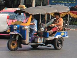 Eine Fahrt mit dem Tuk-Tuk ist teurer und nicht so komfortabel, gehört zu einem Bangkok-Besuch dennoch dazu. (Foto: spe)