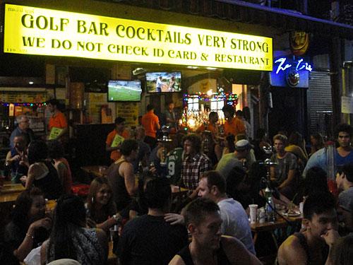 Harte Cocktails, laute Musik: Abends lassen Reisende aus der ganzen Welt die Puppen tanzen, dazu gibt es Thai-Whiskey (mit Wasser und Zitrone) aus kleinen Eimerchen. (Foto: Sören Peters)
